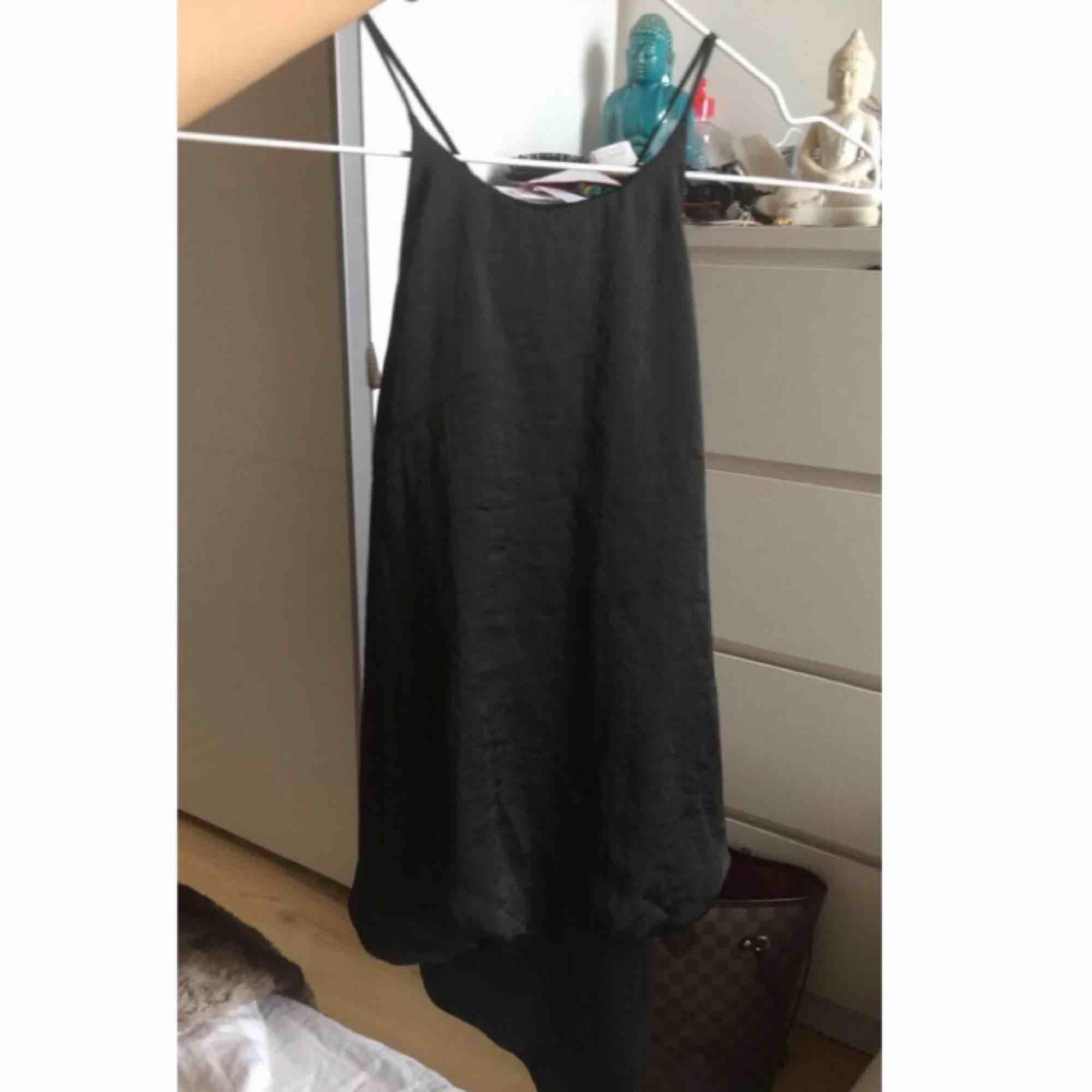 Super fin silkes bodysuit från Zara ! Säljer i svart & vitt! 99 kr styck eller få paket pris för båda 149 kr. . Toppar.