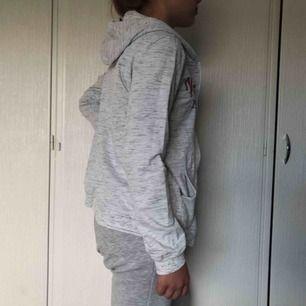 Vit/grå hoodie med text på framsidan. Nyskick Nypris 200kr, frakt 30kr