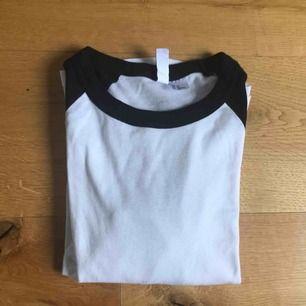 Säljer denna fina tröjan, använd en gång! Säljs på grund av att den är för liten för mig som i vanliga fall är s. Köparen betalar frakt! Swish