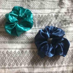 Säljer nu 2st Stora scrunchies från urochpen! De är i bra skick. Jag säljer de för 40kr+frakt tillsammans och 25kr styck+ frakt