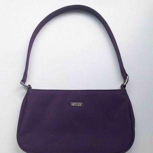 Söt 90-tals väska i en fin lila färg