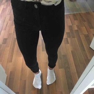 Ett par svarta högmidjade molly jeans från Gina Tricot. Ganska använda men helt okej skick💕 Köpare står för frakt