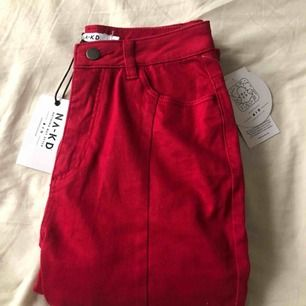 Röda jeans med slitsar fram på benen från NA-KD. Aldrig använda och prislapparna sitter kvar. De är storlek 38 men jag som är en 38 får inte på mig dem. Skulle säga att de är som en liten 36. Fraktavgift tillkommer.