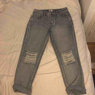 Har två par helt oanvända jeans med hål på knäna. Ena paret är storlek 40 och andra 42. Jättefina men har inte kommit till användning då dom är väldigt små i storlek.Köpta på NAKD Finns i malmö där jag kan mötas upp,annars betalar köparen frakten:)