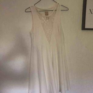 Fin vit klänning med spets vid brösten och drakedja på sidan.Använd endast en dag på studenten och har redan dess hängt i garderoben. Finns i malmö. Kan skicka mot fraktkostnad