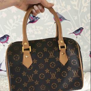 Louis Vuitton väska (kopia). Superball väska som passar till många outfits. Är aldrig använd förutom på bilden. Ca 20 x 15 cm lång. Frakten ingår! Kontakta vid intresse!