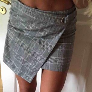 Fin rutig kjol med slits. Oanvänd pågrund av för liten