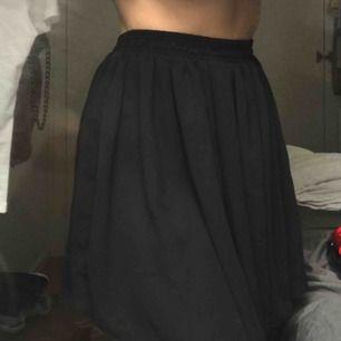 Superfin svart kjol Chiffon ifrån BY American Apparel, aldrig använd då jag inte är något för kortare kjolar. Passar XS/S då det är resor band i midjan.