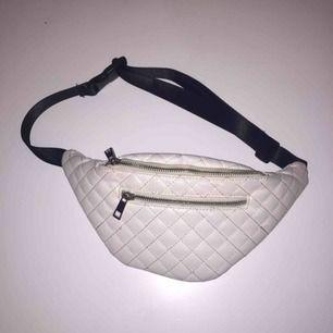 Fanny pack / bum bag / midjeväska från Boohoo.