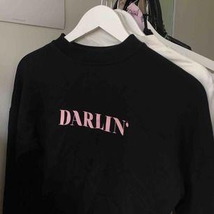Sweatshirt ifrån NA-KD med tryck DARLIN'  Superskönt och passar också både XS och S. Köpare står för frakt💕