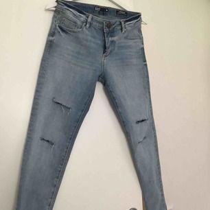 Fina jeans ifrån Cubus, storlek M men passar S också. Väldigt sköna i materialet!! Knappt använda Köpare står för frakt!