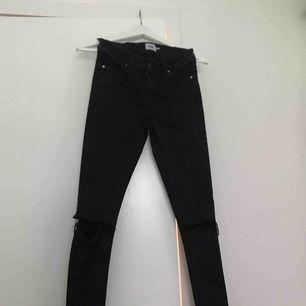"""Säljer ett par svarta jeans ifrån lager 157, de är mer som en XXS och är mindre i storlek än vad en """"vanlig"""" XS är.  Har tyvärr inga bilder med dessa då jag inte får på mig de. Köpare står för frakt!"""