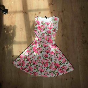 Blommig klänning som sitter super fint runt midjan.