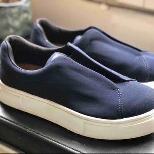 Eytys doja, marinblå i nylon i storlek 37. Säljes pga för små. Väldigt sparsamt använda.