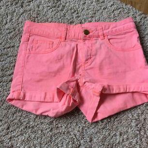 Säljer ett par neonrosa shorts i strl 164 (samma som S). Är aldrig använda men säljer pga de är för stora för mig. 0 kr frakt!