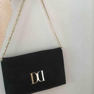 Liten väska ifrån DonDonna, aldrig använd och är som ny. Guldetaljer och får ändå plats med hyfsat mycket trots att den är liten. Frakt står köparen för😊