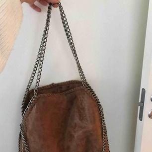 Superfin väska med kedja och mocca material. Köpt i Spanien. Supersnygg med tre kedjor vilket gör att man kan välja mellan att ha den längre upp eller lite längre ner.  Köpare står för frakt!