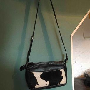 Söt väska köpt vintage. Man kan se att den är använd men har mycket liv kvar. Kan mötas upp i sthlm eller skicka 👼🏼