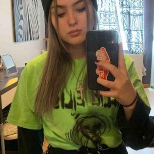 Säljer min fina Billie Eilish tröja i storlek M, har knappt använt mycket. 350 inkl frakt