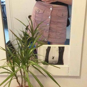 Suuuperfin lila/rosa kjol från Weekday! 2 fickor fram och silvriga knappar 💞 Möts upp i sthlm annars tillkommer frakt!