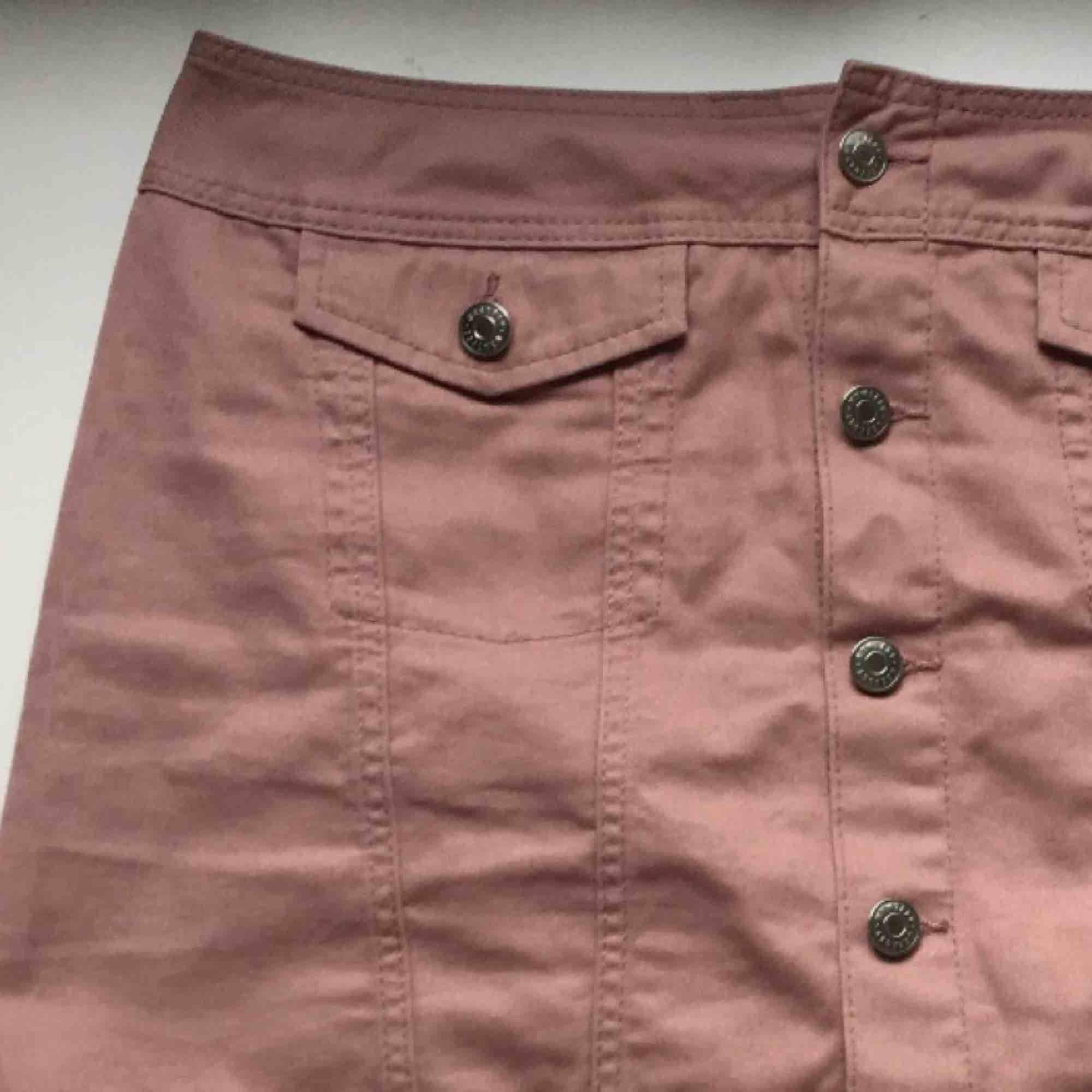 Suuuperfin lila/rosa kjol från Weekday! 2 fickor fram och silvriga knappar 💞 Möts upp i sthlm annars tillkommer frakt! . Kjolar.