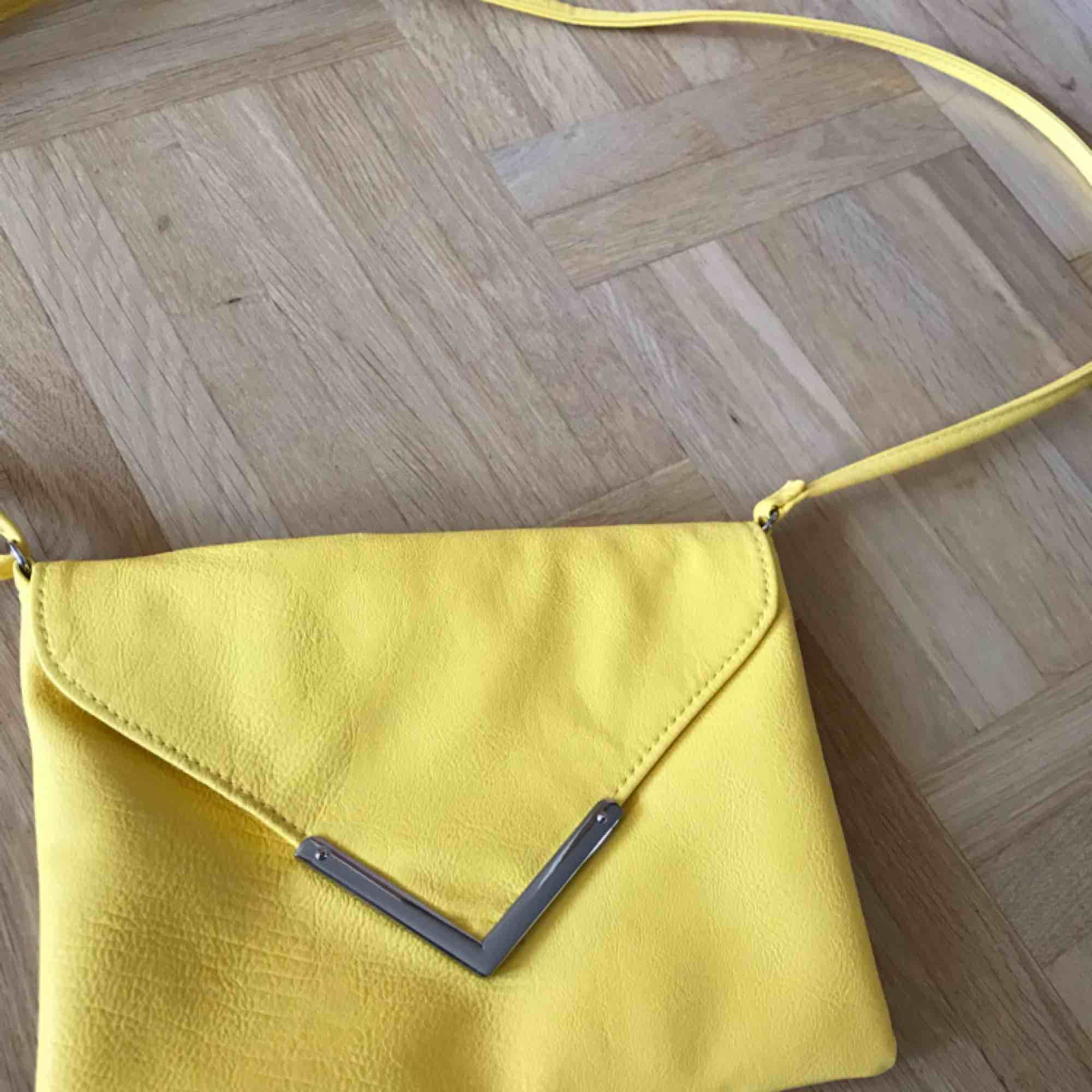 En fin gul skinnväska, med magnet. Helt oanvänd . Väskor.