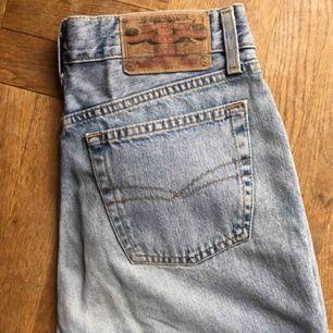 Jättesnygga vintage mom jeans från Crocker! Hög midja, stängs med knappar och utan stretch. Skulle tro att de sitter bra på en 29/32 och 30/32 också! Frakt tillkommer :) hör endast av er om ni faktiskt är intresserade av att köpa tack!
