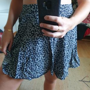 Söt blommig kjol från Bikbok. Köpare står för frakt.