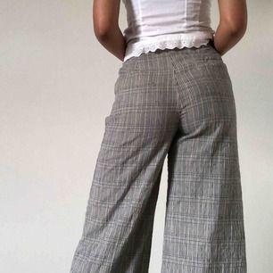 Tror att de är storlek S! Så fina Urban Outfitters byxor som är vida hela vägen. Jag är 173 cm lång och dem passar mig hela vägen ner till fötterna!