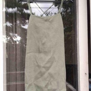 Grön klänning, storlek 40 men blir även snyggt boxig på mindre storlekar. Frakt tillkommer på 40 kr :)