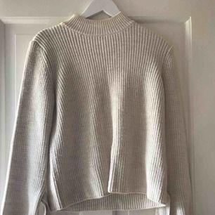 En varm och fin tröja med knytt. Bra skick