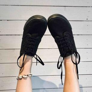 Väldigt basic men bekväma svarta vans🌸🥰🥺 Säljer pga av att de aldrig används längre. Som ses på sista bilden är märket lite avskavt på ena skon. Tips: ett par vita eller neonfärgade skosnören hade gjort skorna🔥🔥🔥 Frakt tillkommer