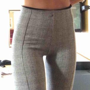 Ett par fina rutiga byxor, höga i midjan och stretchiga. Använda 1 gång