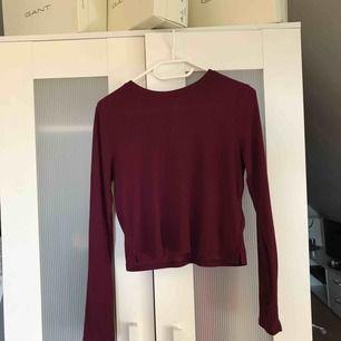 Långärmad tröja köpt på h&m från x Antal år sedan. Kort modell med liten slit på båda sidor, tröjan är Stretchig.