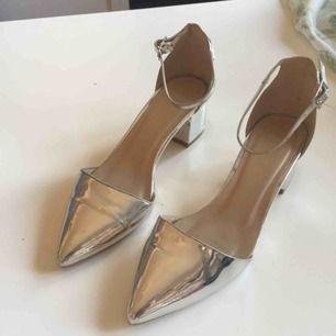 Silvriga skor från ASOS. Använda ett par gånger. I fint skick.