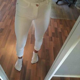 Ett par vita högmidjade Molly jeans ifrån Gina Tricot. Använda endast en gång därav mycket bra skick💕 köpare står för frakt