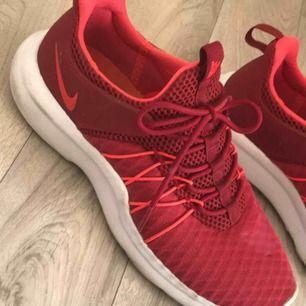Säljer mina skitsnygga gymskor eftersom mina fötter inte passar skon. -dom är använda väldigt få gånger. -pris kan diskuteras