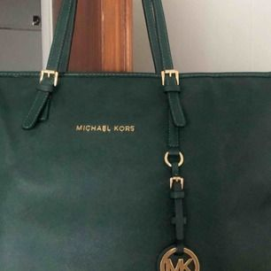 Mörk grön Michael Kors väska i fint skick, inga slitage etc. kan sänka priset vid snabb affär. Möts upp i Stockholm eller fraktar.