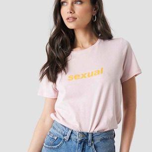 "HELT NY t-shirt med texten ""sexual"". - NAKD - XS/S (passar även M men då blir det en tightare modell) - 100kr INKLUSIVE FRAKT"