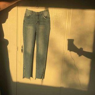 Ett par basic jeans. Ljus blå med kedjor längst ner. Dragkedjan på vänstra benet går inte att dra upp men det är inget folk tänker på.  Nypris 199kr, frakt tillkommer
