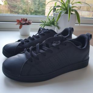 Adidas advantage sneakers i svart.  Strl 38.  De är i bra skicka men fel strolek för mig.