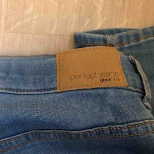 jeans från Gina Tricot i modellen alex. slutar precis under naveln så dom är mid-rise/lågmidjade.  betalning via swish. frakt tillkommer.