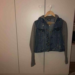 En jeans jacka från Hollister i storlek M, men passar även S. Köpt för några år sedan, men fortfarande i bra skick! Köparen betalar för frakten. ❤️