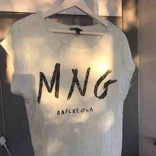 En oversized ljusturkos t-shirt från mango!! I fint skick.