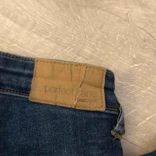 Jeans från ginatricot i modellen Molly Highwaist. Dom är i använt men fint skick, dock så har lappen bak spruckit därav lågt pris. Annars mycket fina. betalning via swish. frakt tillkommer.