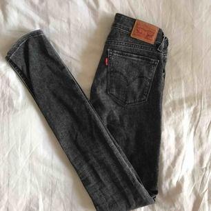Ett par gråa jeans från Levi's!! I fint skick och knappt använda!! Midjan - 24, Längden -  32.