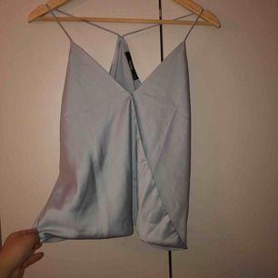 Ett fint linne från Bik Bok i silke. Den är öppen i ryggen. Lite svår att ta kort, men det är bara att skriva om man vill ha tydligare bilder. ❤️ Frakten går på 9kr.