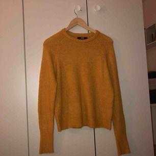 En skön stickad tröja från Bik Bok. Säljs då den inte kommer till användning längre. 💛 Hör av dig om man vill ha bättre bilder. Frakten går på 9kr. 💛 Priset kan diskuteras. 💛