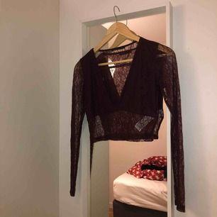 En snygg tröja från Pull & Bear. Den är i storlek M, men passar även S (beror på hur stor byst man har). Använt några gånger, men den är fortfarande i fint skick! ❤️ Frakten går på 9kr. ❤️