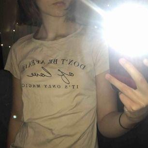 En rosa/beige tshirt från new yorker med text. Knappt använd och är som ny. Säljer för att den inte kommer till användning. Frakt tillkommer eller så kan jag mötas upp i Stockholm :)